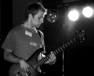 Max jouait aussi de la basse dans Skeil