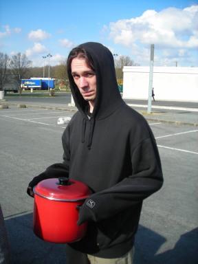 Julien, notre technicien son, kosovar à marmite