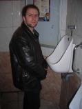 Steve Cannett a du mal à comprendre pourquoi on a construit un urinoir aussi haut...