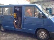 A autant dans la camionette, c'est le seul moyen de se tenir chaud!