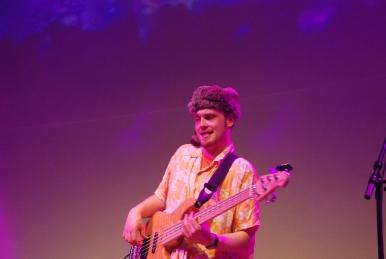 Notre bassiste préféré déguisé en Davy Crockett de la 5-cordes.